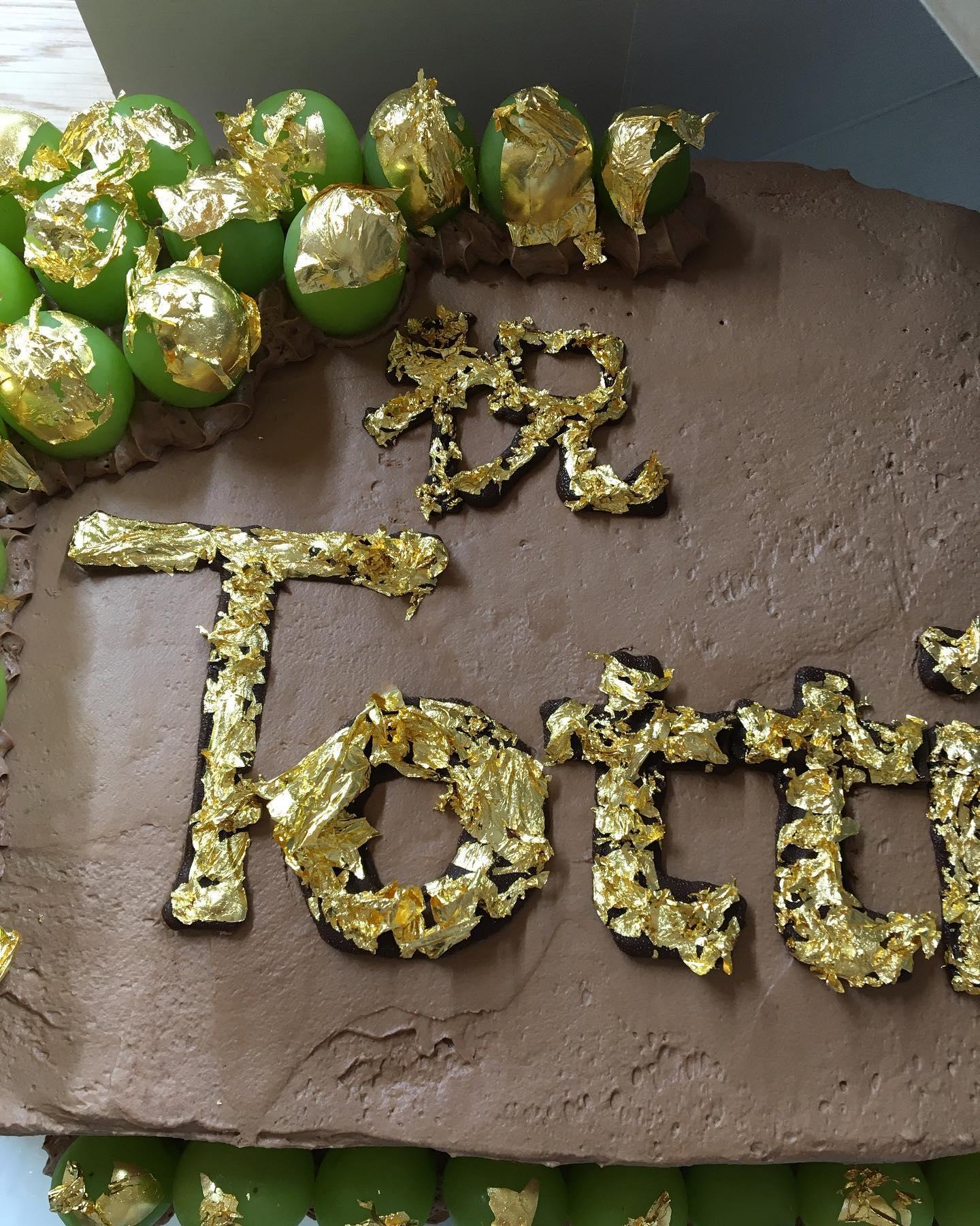 お陰様で10月8日にオープンすることが出来ました16年前の10月8日にTottiをオープンし、早16年🥺多くのお客様、スタッフのみんなに支えられ今日を迎えることができました️感謝の気持ちでいっぱいです️ありがとうございます️多くの方々からお祝いのお花、メッセージ、お品をいただきありがとうございます️花より団子だろ❣️とお花も団子も大好きです@zarame21 さんより、私の大好物のzarame21 チョコケーキ❣️大好きすぎて顔埋めたいけど、みんなに怒られるので仲良くわけわけしていただきました️ありがとうございました♀️今後とも宜しくお願いします🥺️