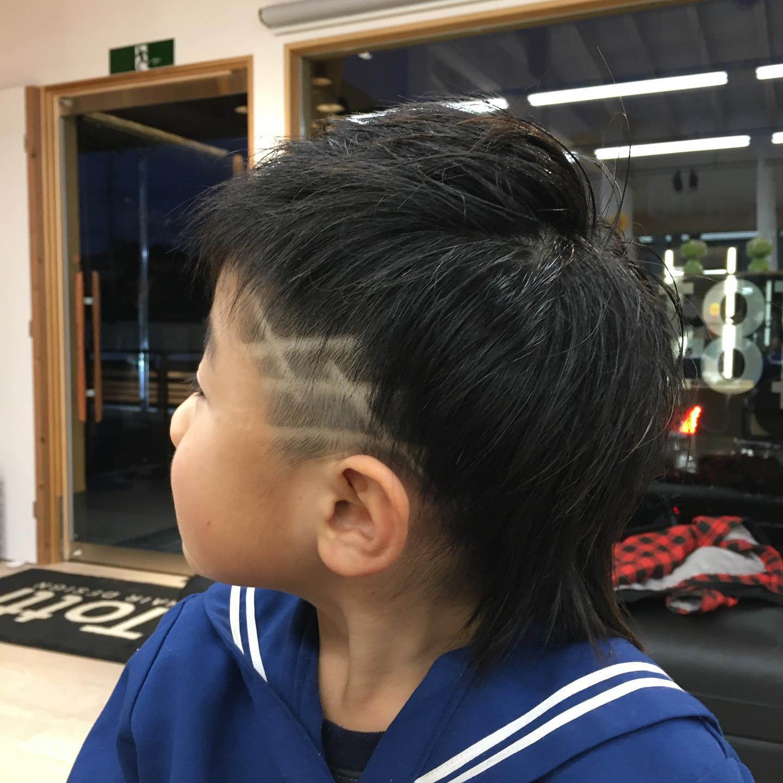 Totti Totti hair design平日  10:00〜20:00lastcut 18:30 other 18:00土日祝  9:00〜19:00lastcut 18:00 other 17:00close  wednesdayツーブロックウルフにラインを沢山入れてかっこよく😎#totti#perm #cut #hairstyle #haircolor #hairarrange #stylist #care #carelist #aujua #イルミナカラー #headspa #treatment #美容院#着付け